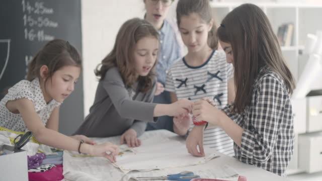 vidéos et rushes de cours de couture pour enfants. - coudre