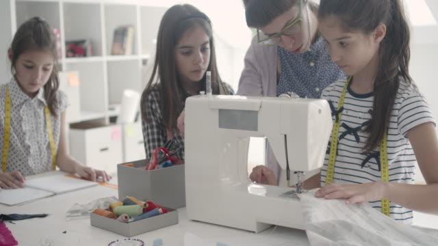 vídeos y material grabado en eventos de stock de clase de costura para los niños. - 10 11 años
