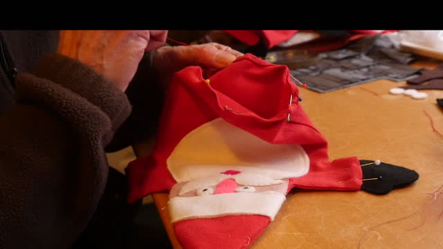 vídeos y material grabado en eventos de stock de sewing covid-19 face mask on santa puppet - satírico