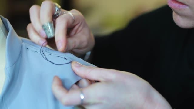 sewing in workshop - 仕立て屋点の映像素材/bロール