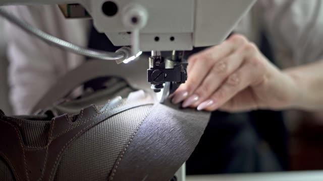 vídeos de stock e filmes b-roll de sewing leather shoes - primeiríssimo plano