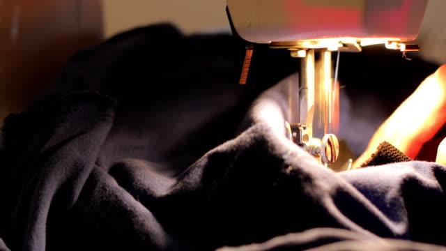 nähmaschine nahaufnahme - textilfabrik stock-videos und b-roll-filmmaterial