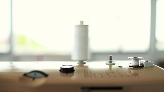 vídeos de stock e filmes b-roll de máquina de costura - maquinaria