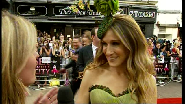 vídeos de stock, filmes e b-roll de sex and the city the movie premieres in london england london leicester square photography * * sarah jessica parker live red carpet interview sot... - sarah jessica parker