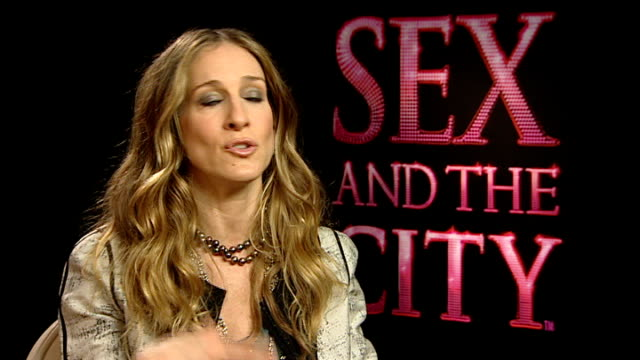 """sex and the city - the movie"" premieres in london; sarah jessica parker interview sot - you programme television differently / you have candid... - バンド アメリカ点の映像素材/bロール"