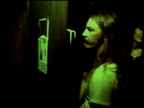vidéos et rushes de sex pistols drummer paul cook walking backstage at great southeast music hall / punks arriving for concert / atlanta georgia usa - punk