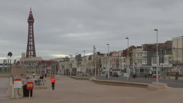 vídeos de stock e filmes b-roll de gareth southgate comments lancashire blackpool blackpool promenade with blackpool tower in distance gv closed down shop with car parked outside/... - street name sign