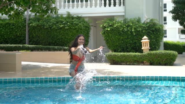 sexig asiatisk tjej i röd bikini som ligger nära poolen - utebassäng bildbanksvideor och videomaterial från bakom kulisserna