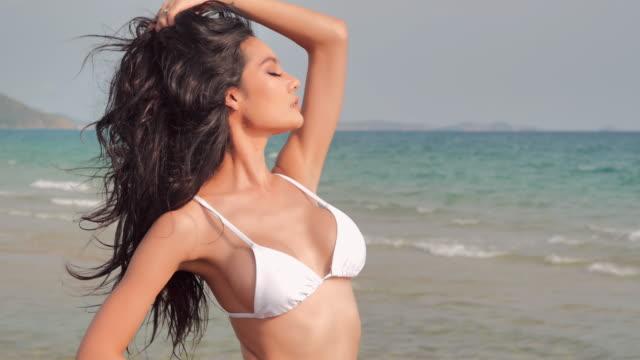 sexy strand g-string bikini mädchen. schöne frau in sexy bikini über strand. heiße mädchen in sexy bikini auf sonnenlicht. urlaub - istock - verführerische frau stock-videos und b-roll-filmmaterial