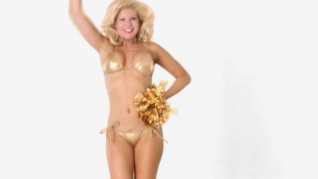 vídeos y material grabado en eventos de stock de sexy blond girl in gold bikini cheering with pom poms - animadora