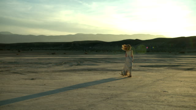 (Slow Motion) Sexy Blonde in de woestijn 02