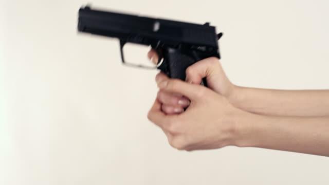 vidéos et rushes de sexy femme assassin - arme à feu