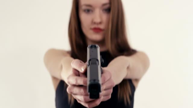 sexy weibliche killer - waffe stock-videos und b-roll-filmmaterial
