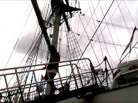 sexy mädchen absteigender von segeln schiff - anker werfen stock-videos und b-roll-filmmaterial