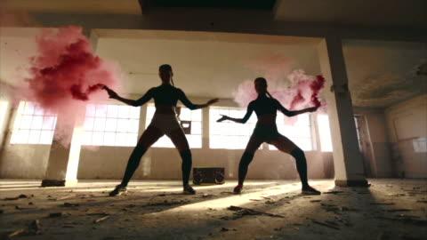 vídeos y material grabado en eventos de stock de chicas sexy bailando con bomba de humo rosa - diseño temas