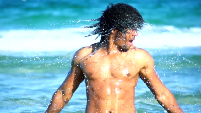 vidéos et rushes de hd super lent dans le missouri: sexy homme secouer eau de cheveux - mouillé