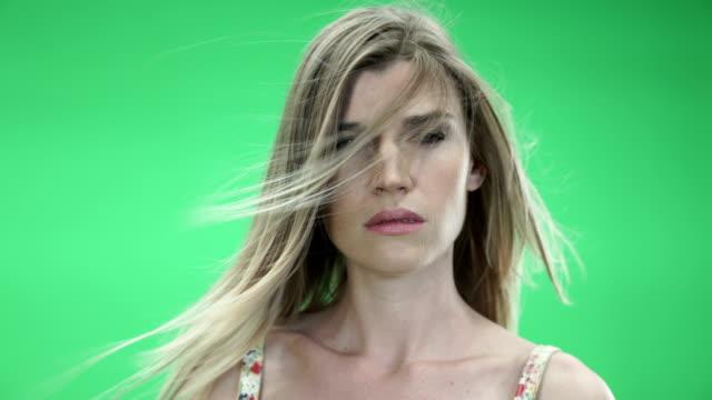 sexy model in green bg - hot kiss stock-videos und b-roll-filmmaterial