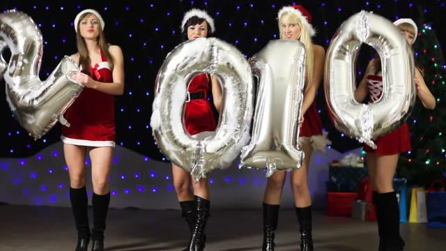 Sexy Santa Girl's hält und Tanz mit den 2010 silver balloon's