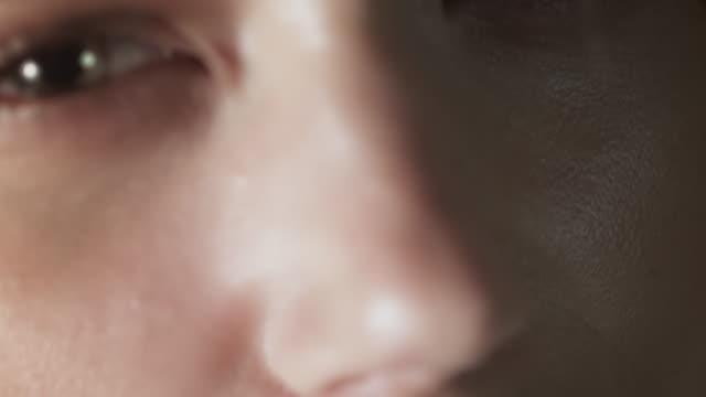 stockvideo's en b-roll-footage met sexy woman closeup - menselijke mond