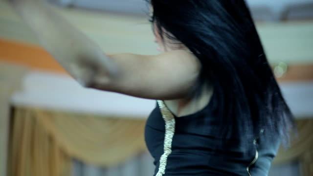 sexy frau tanz - hüfte stock-videos und b-roll-filmmaterial