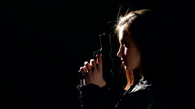 sexy donna che tiene fucile - arma da fuoco video stock e b–roll