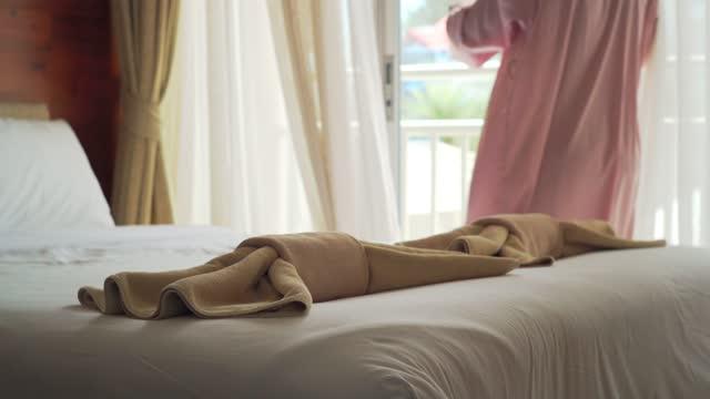 vídeos y material grabado en eventos de stock de mujer sexy en el dormitorio. - biquini