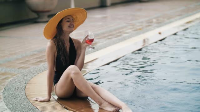 vídeos y material grabado en eventos de stock de sexy mujer descansando junto a piscina - agua estancada