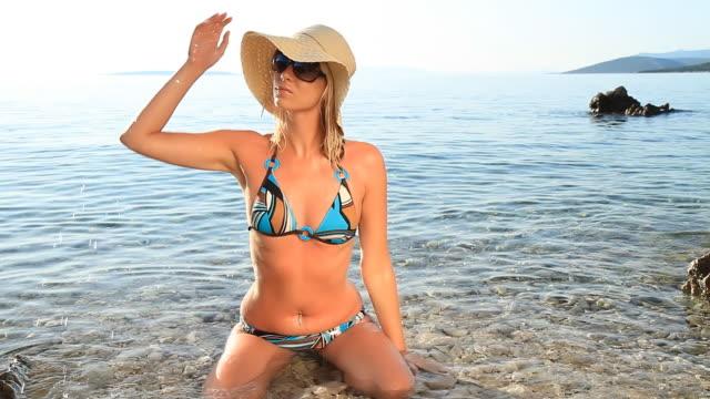 hd: sexy frau baden sich in flachen wasser - bikini stock-videos und b-roll-filmmaterial