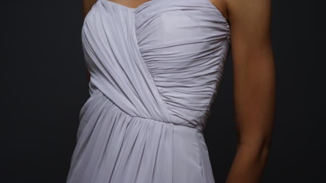 stockvideo's en b-roll-footage met sexy woman wearing white gown looking at camera - avondjurk