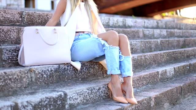 vídeos de stock, filmes e b-roll de sexy jovem elegante hipster mulher posando - bolsa tiracolo bolsa