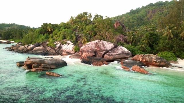vidéos et rushes de seychelles mahé island baie lazare beach anse royale 4k video - boulder rock