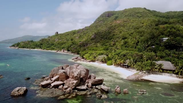 vidéos et rushes de seychelles praslin island anse bateau beach 4k drone vidéo - palmier