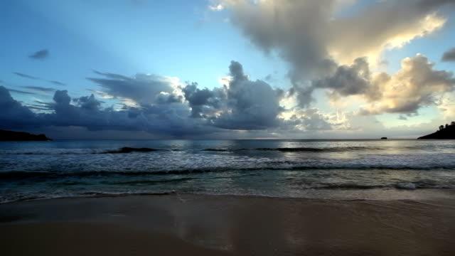 vídeos de stock, filmes e b-roll de seychelles pôr-do-sol - acampamento de férias