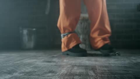 vídeos de stock, filmes e b-roll de correntes nas pernas do recluso - atado