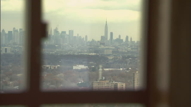 vidéos et rushes de cu shade going up on window with view of manhattan skyline in distance/ montclair, new jersey - être à l'ombre