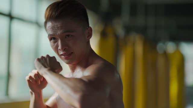 vidéos et rushes de boxe de l'ombre asiatique chinois muay thai boxeur combat punching air - membres du corps humain