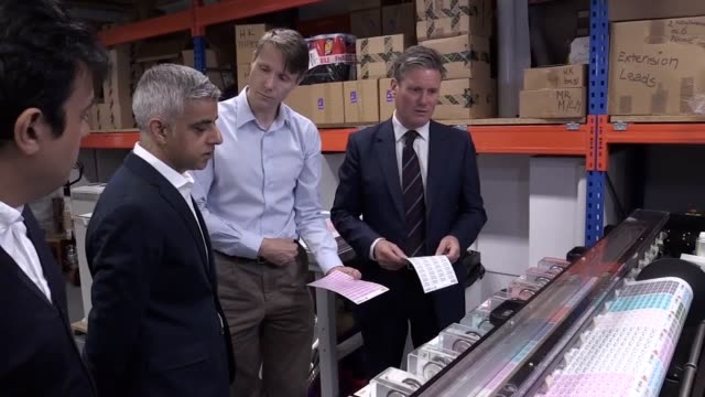 vídeos de stock, filmes e b-roll de shadow brexit secretary keir starmer and london mayor sadiq khan visit a small nametag business in wandsworth and discuss the need for the uk to stay... - crachá