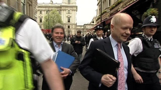 vídeos de stock e filmes b-roll de shadow home secretary and conservative party spokesman william hague emerges from talks with liberal democrat officials after the general election... - porta voz masculino