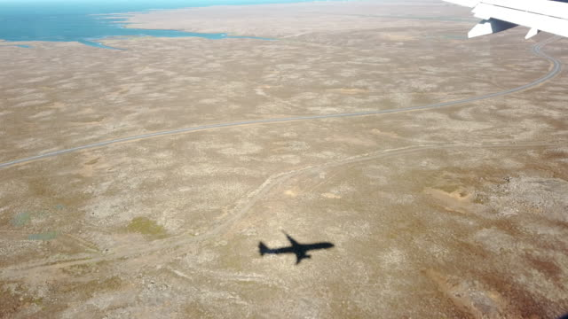 stockvideo's en b-roll-footage met de schaduw van een vliegtuig dat over ijsland vliegt - schaduw