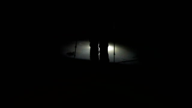 冬の標高の高い山に登って高山のクライマーの影 - ヘッドライト点の映像素材/bロール
