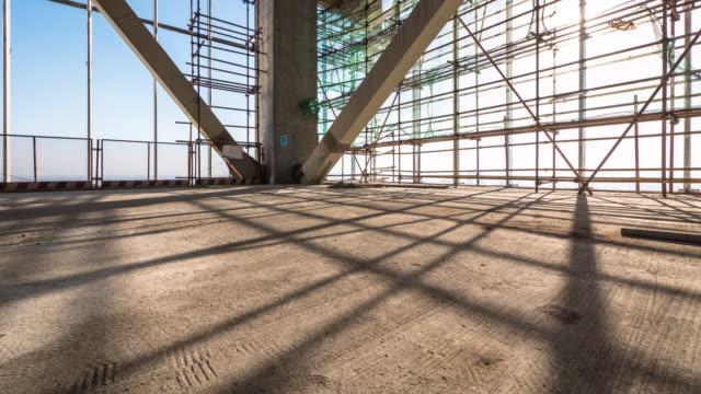 シャドーの鋼フレーム構造の新しい thinkstock タイムラプス 4 k - 足場点の映像素材/bロール