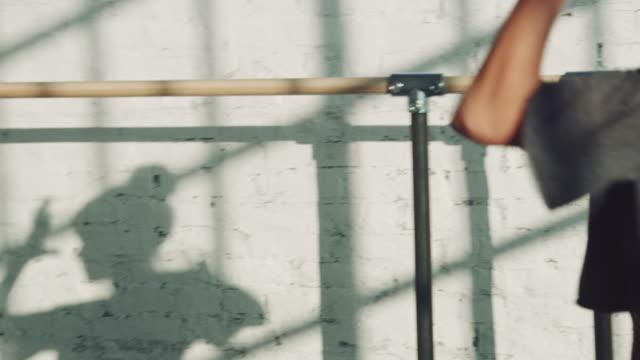 schatten der jungen ballerina an wand im atelier - tanzkunst stock-videos und b-roll-filmmaterial