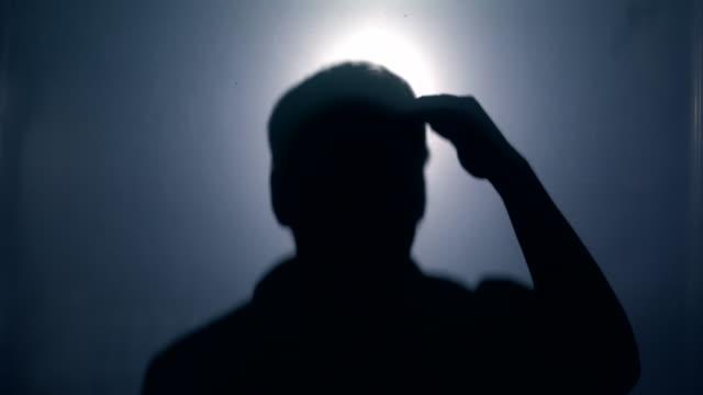 stockvideo's en b-roll-footage met shadowman op zoek vanuit het donker - gevangene
