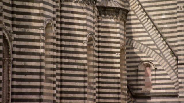 shadows fall across the italian gothic facade of orvieto cathedral. available in hd. - ウンブリア州点の映像素材/bロール