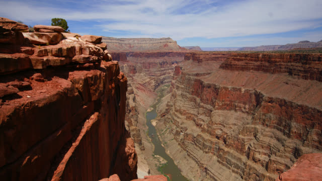 vídeos de stock, filmes e b-roll de time lapse medium shot shadows move over grand canyon and colorado river at toroweap overlook, arizona - grand canyon