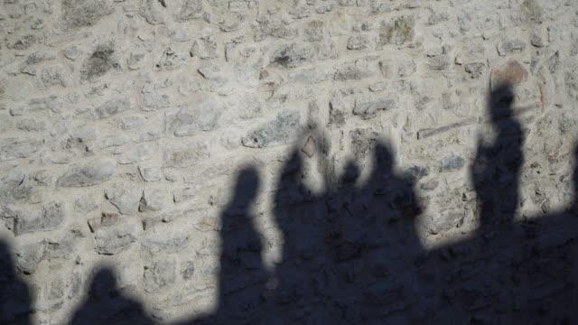 石の壁に人の影