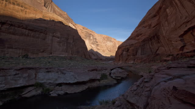 vídeos de stock, filmes e b-roll de ws t/l shadows on rock formations through narrow inlet at   powell lake / page, neveda, united state - lake powell