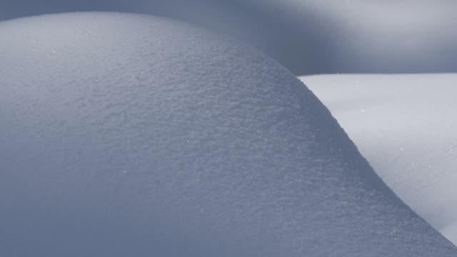 vídeos y material grabado en eventos de stock de shadows pass over snowy hillocks. - desigual con textura