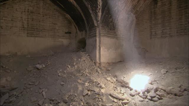 ms td tu shaft of sunlight coming through hole in ceiling of caravanserai, iran - inn stock videos & royalty-free footage