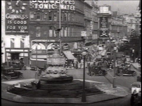 shaftesbury avenue and charing cross circle fountain theater district showing marquee advertising elisabeth bergner in dreaming lips / london united... - 1937年点の映像素材/bロール